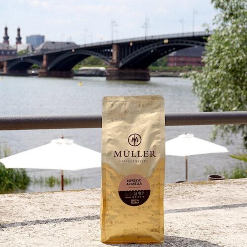 Espresso Arabella vor der Theodor-Heuss-Brücke in Mainz