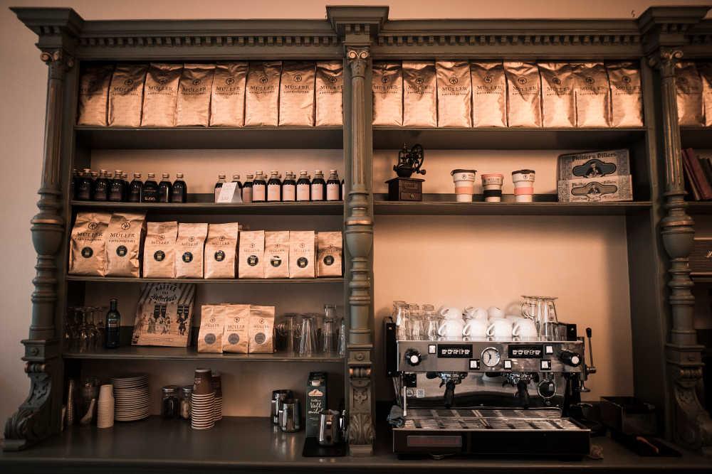 Regal gefüllt mit Kaffee