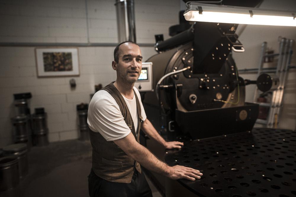 Kaffeerösterei Müller - Röstmeister mit Röstmaschine